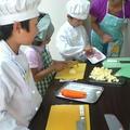 子どもたちの手に合った包丁を使います。