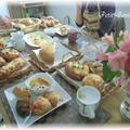 試食中のテーブルです♪ 美味しいパンにおしゃべりも弾みます