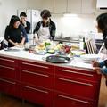 赤いキッチンカウンターを囲んでみんなでお料理🎵