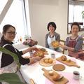 パン教室での試食シーン