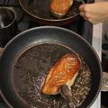クリスマス料理のメインの鴨を焼いています。