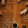 たくさんのチョコマカロンを作成中です。