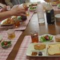 テーブルを囲み,皆んなで楽しく試食ランチの風景