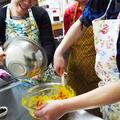 カラフルかぼちゃサラダをつくっています。彩りがキレイ!