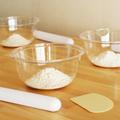 専用の作業台でお一人ずつパンを捏ねて頂きます。