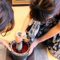 丁寧にクロック(石臼)をたたきながら作るタイ料理もあります。