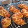 編みパンにクッキー生地を かけて焼き上げました