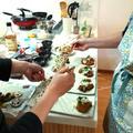 出来上がったお料理をみんなで盛り付け。