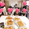 10代後半から60代までの女性が楽しくパン作り。