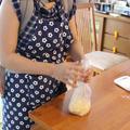 おうちパン生地はポリ袋で混ぜるだけ。ベビーはおんぶでねんね中
