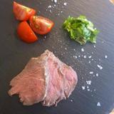 ローストビーフのハーブ塩窯焼きグリーンサルサ添え