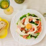 スモークサーモンのサラダ ホワイトアスパラソース