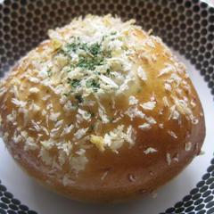 揚げずに焼くカレーパンです。