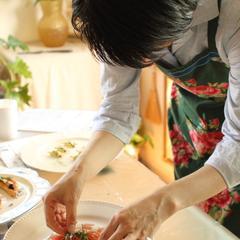 森先生、一生懸命盛り付け中。どんな料理になるのでしょう?