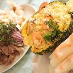 夏らしいエスニックメニュー。パイナップル炒飯と生春巻き。