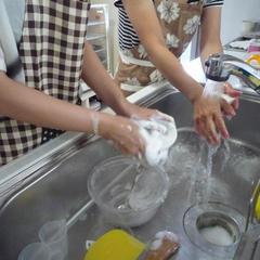 作業の合間に協力して洗い物をしていただきます。
