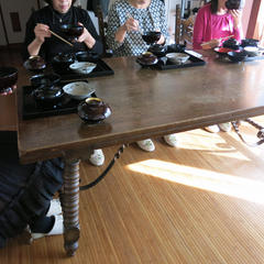調理後テーブル席で懐石のマナーを学びます