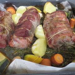 クリスマス用に豚肉またはチキンをローストします。