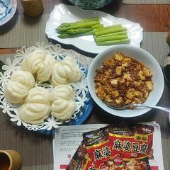 麻婆豆腐の試食を。合わせて花巻と中華風の和え物です。