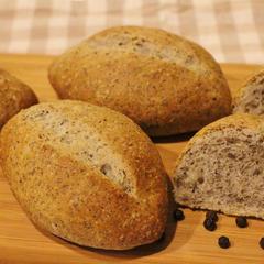黒ゴマと黒胡椒のパン ワインが欲しくなるパンですね