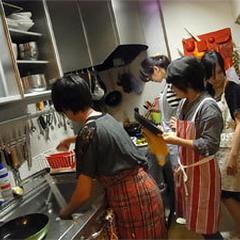 自宅で和気あいあいで、料理を作っています