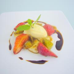 フルーツのバルサミコマリネ、アイス添え