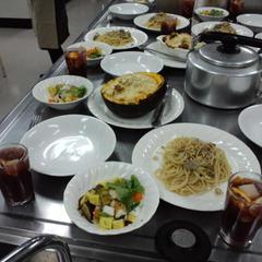 1テーブルは4人~5人の少人数制。試食時はお喋りで大賑わい!
