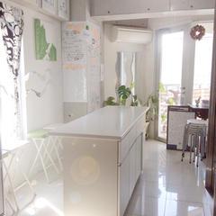中央の調理台で作業します。