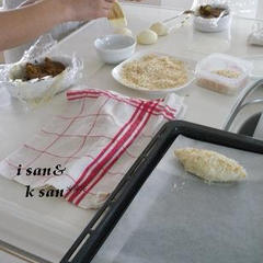 カレーパンにパン粉を付けているところです^^