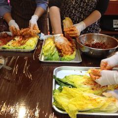 塩漬けの白菜に心を込めてキムチヤンニョムを塗りこみます♪