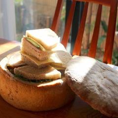 パン・シュルプリーズ。中をくり抜いてサンドイッチに。