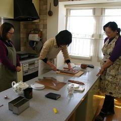 お菓子教室で一人ずつ仕上げの作業をしています。