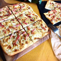 タルトフランベ クリーミーなチーズソースのアルザス風ピザ