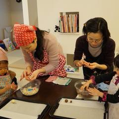 親子2組でバレンタインデーのクッキーを作ってくれています!