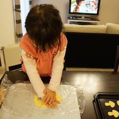 クッキーをのばしています。3歳だともうお手伝いできますね!