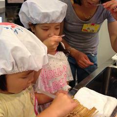 納豆コロッケを作る前に、親子で「なにわら納豆」の味見を!