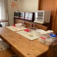 自宅のリビングにて、手ごねでパンを作ります。