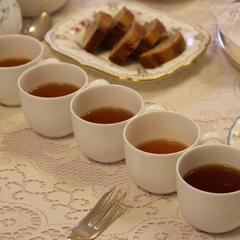 紅茶のレッスンでの試飲風景