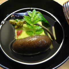 春の定番煮物椀「天豆の真蒸」です