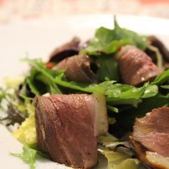 鴨を燻製にしてサラダ仕立てに。