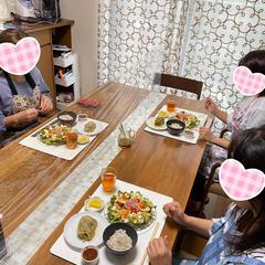 食事の際は、互い違いにお座りいただいています。