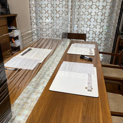 テーブルのセンターに飛沫防止ラップを張っています。