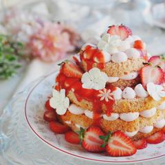 イチゴの2段ネイキッドケーキ