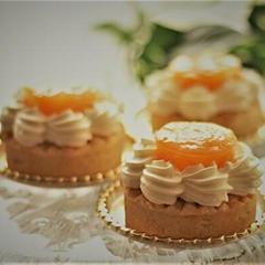 杏と洋梨のコンポートにクリームチーズの小さなタルト