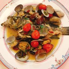 アクアパッツァでは1人一尾ずつ、お魚をさばく練習をしました♡