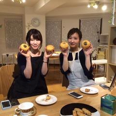 女性の生徒さん、作ったあんパンを両手に