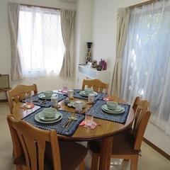 試食スペースは丸テーブルで