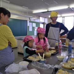 親子パン教室の風景です。一生懸命な子供達の姿、素敵です☆