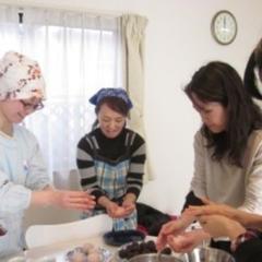 和菓子講座の風景。初めてお会いする方とも和気あいあいです。