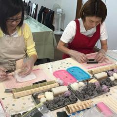 バイキンマンの飾り巻き寿司を真剣に作ってます